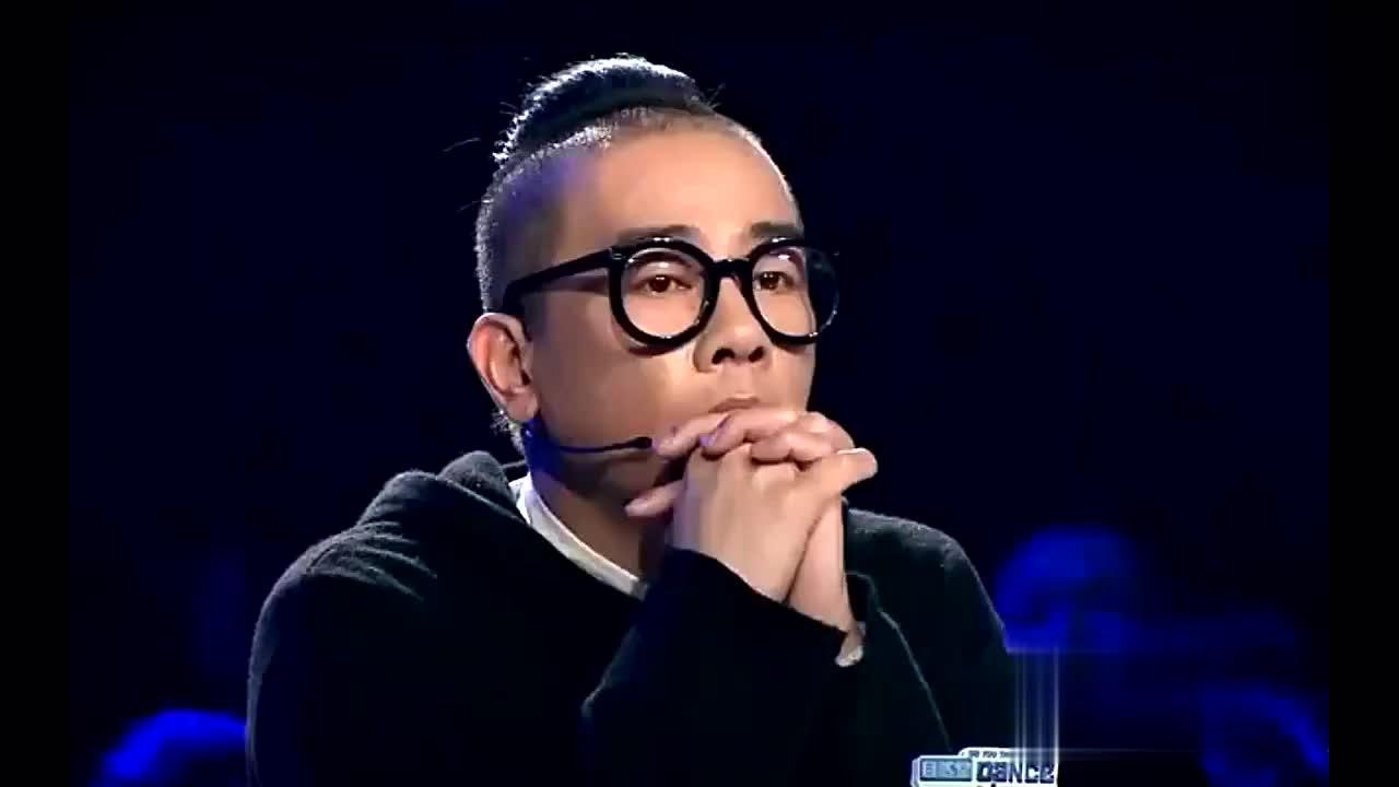 独腿舞者上台表演遭到评委嘲讽金星,陈小春却起立鼓掌