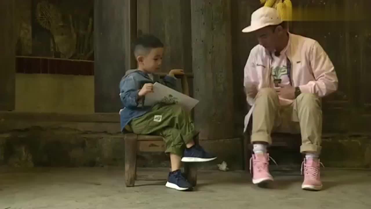 陈小春质问Jasper谁教的二郎腿,不料Jasper的回答,春哥秒怂