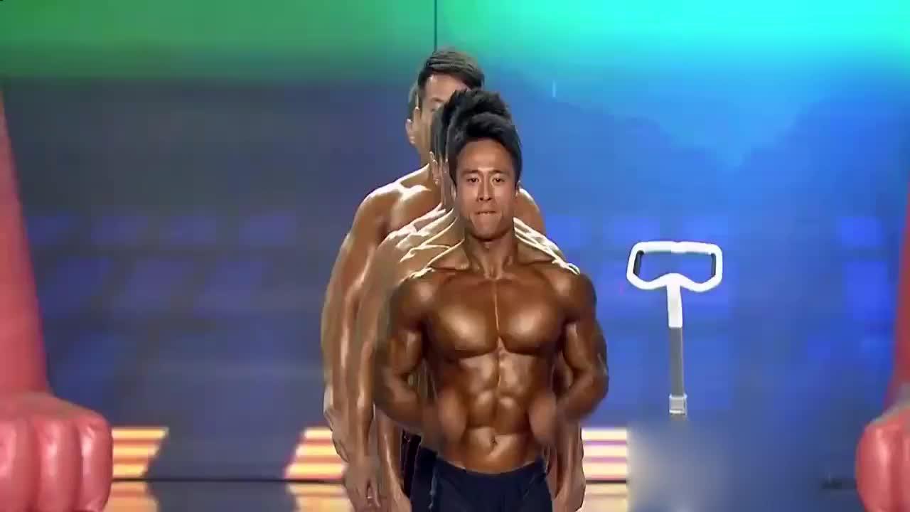 健美父子大秀肌肉,肌肉男与美女组合,展现健美魅力