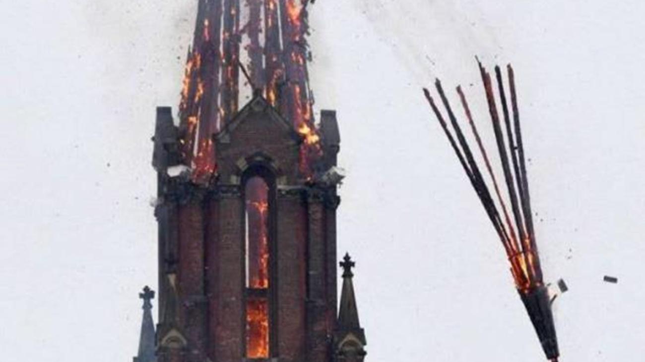教堂突发火灾钟楼被烧毁倒塌 事发瞬间曝光触目惊心