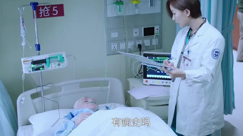 急诊室来了个老外要抢救美女,主任全程英语交流这气场无人能敌