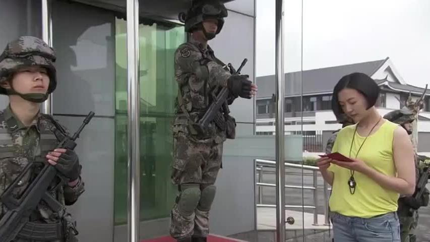 女兵穿便装回部队,被警卫员拦住,女兵拿出证件吓得马上敬礼