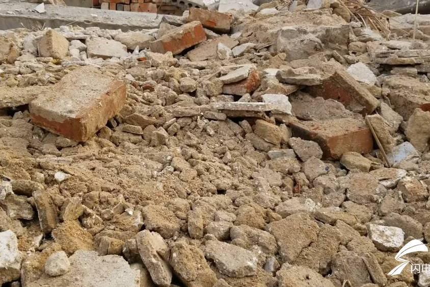 济宁拆迁区域大面积渣土堆裸露未覆盖 村民:这就是应付公事