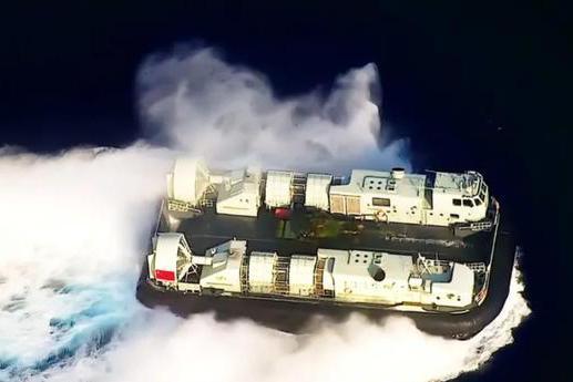 """解放军""""海峡特快""""亮剑!国产气垫船载坦克冲滩,登陆战一幕上演"""