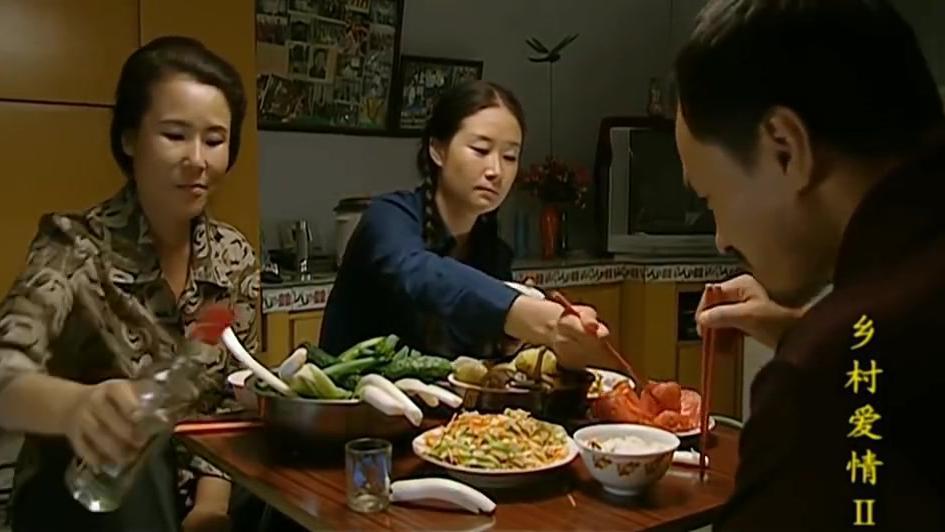 一盆大蒜和黄瓜蘸酱,还有一碗西红柿,三个人吃的嘴里吧唧吧唧的