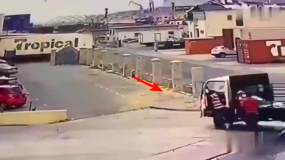 美国一男子停车场出车祸,要不是监控你真的难以想象原因。