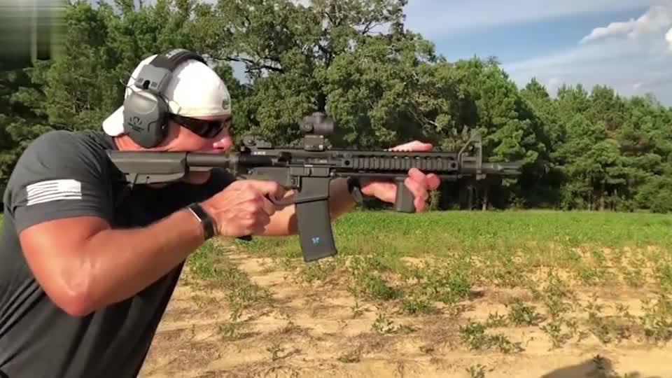 慢动作回放:突击步枪野外射击测试,后坐力在壮汉面前老实多了!