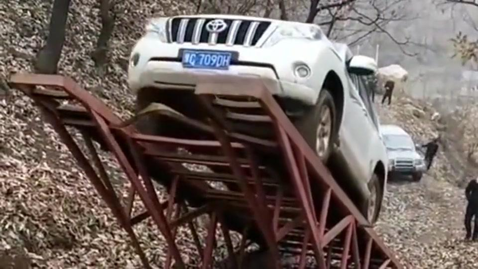 福建玩车人的世界我们不懂,这是在比谁的车更抗摔吗,太奇葩了!