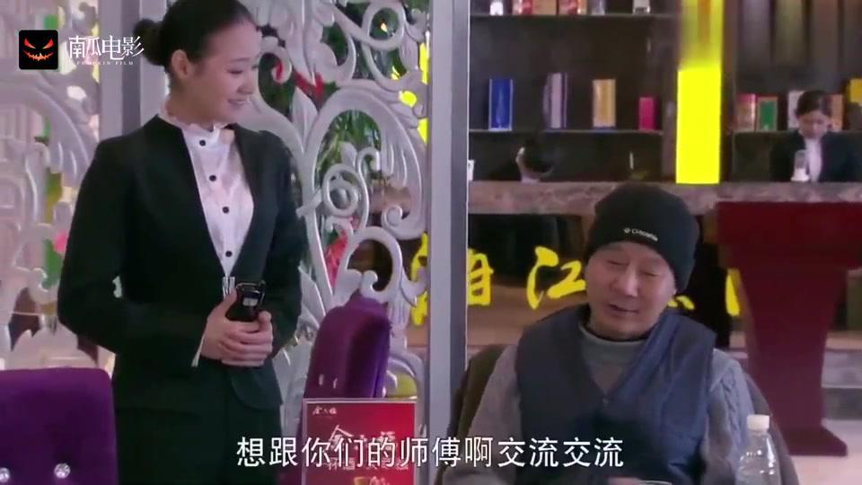 老头来酒店吃饭,嫌弃湘菜不正宗,不料露一手厨师长傻眼了