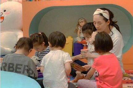 章子怡给女儿开派对,41岁成孩子王,曾自曝想要开幼儿园