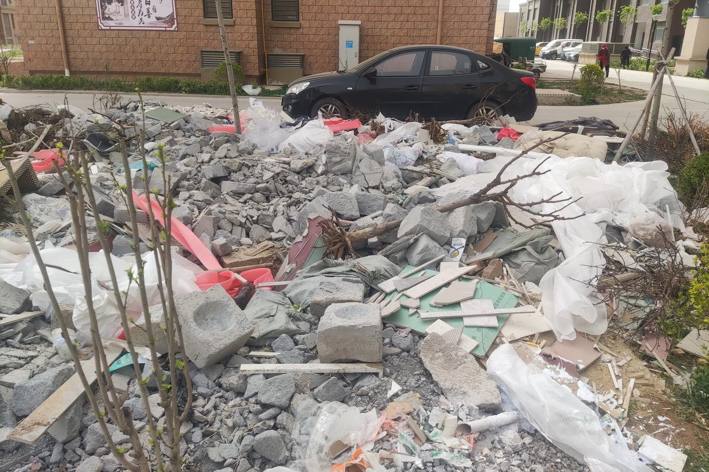 山东:滨州《绿茵四季花城》尘土飞扬 垃圾横飞如坟场