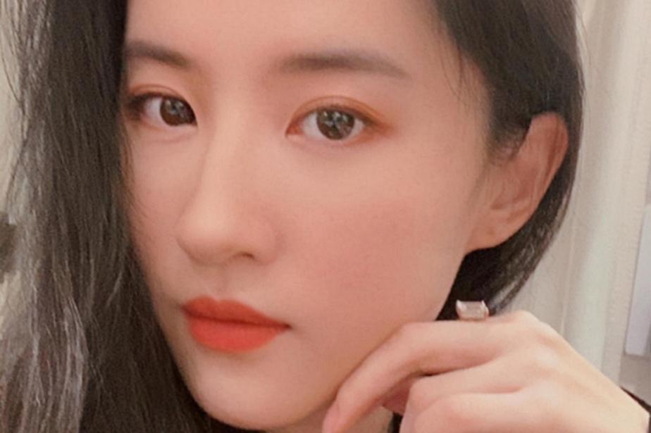 刘亦菲又开始营业了,分享自拍照甜美清秀,手指托腮仙气迷人