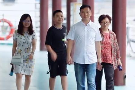 中餐厅导演组的特邀嘉宾,介绍对方的身份,黄晓明赵丽颖都很崇拜