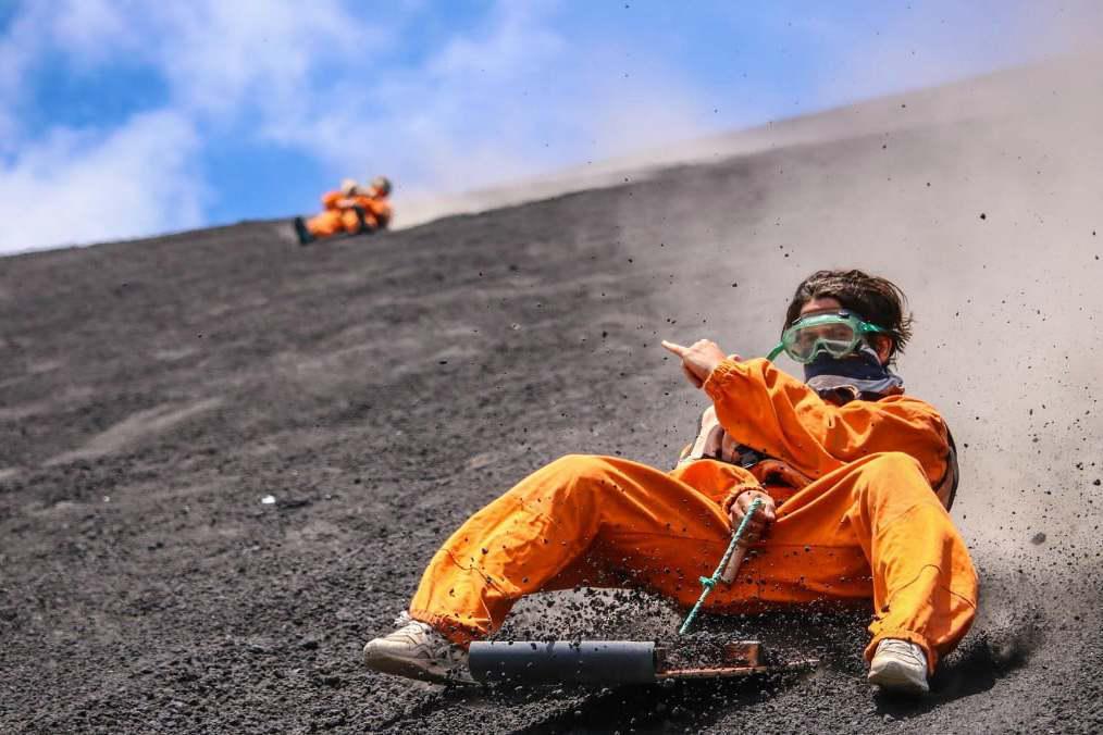 728米高的火山滑板,时速高达85公里,简直让人头皮发麻