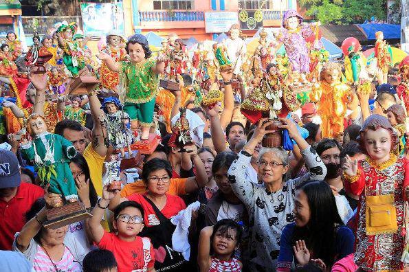 """菲律宾最""""欢快""""节日,当地人手捧圣婴舞蹈,引上百万人一起狂欢"""
