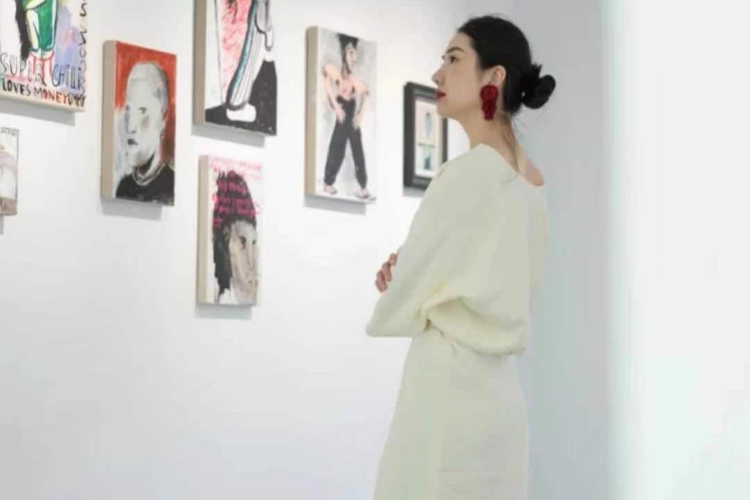 董花花五一独自看画展,隔壁张大奕却努力奋战在工作岗位!