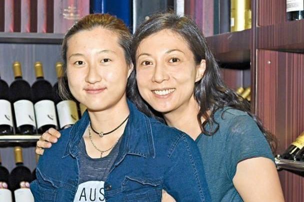 为何成龙不接受吴卓林这个女儿,因为她的名字写满了母亲的野心