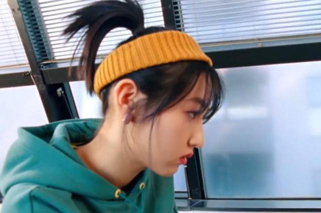 张子枫对镜试衣服,摄像师意外拍到小腿,这才是明星的真实腿围