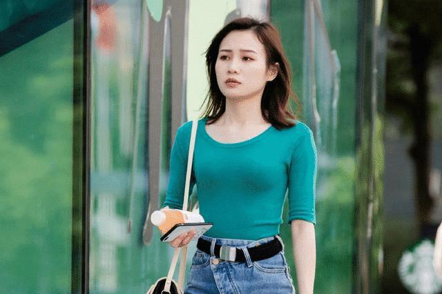 高腰牛仔裤搭配半袖针织衫,简单时尚的穿搭,尽显优雅知性的魅力