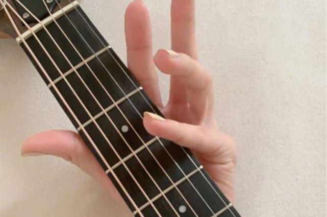 金晨宅家开拓新技能苦练吉他,厨艺翻车后再觅新爱好