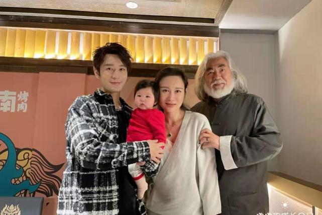 Baby和儿子庆生,黄晓明却亲自陪张纪中一家,还怀抱张导女儿