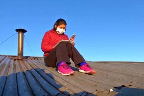 智利女大学生爬屋顶上网课,中国网友看着眼熟吗?