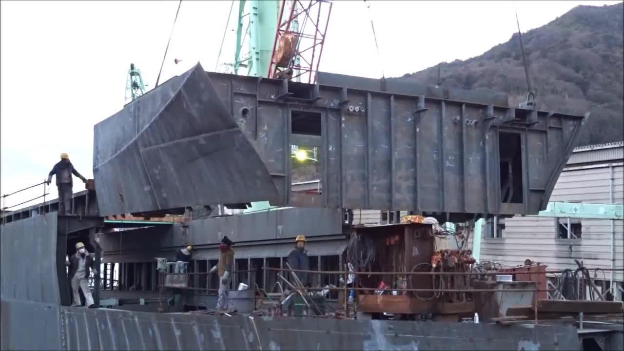 造船厂实拍,这种船都是下面一块块焊好,再吊上去组装起来的