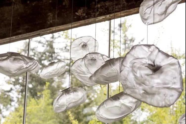 玻璃与光总能碰撞出美丽的化学反应,冷硬却又轻盈梦幻
