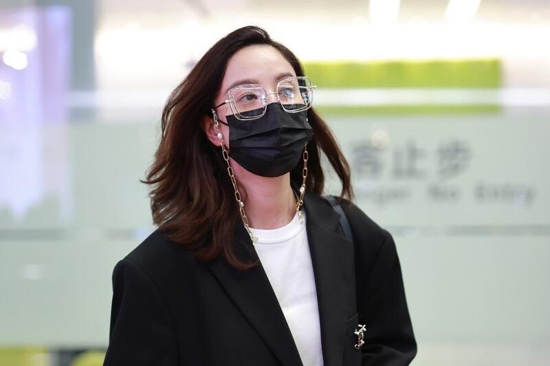 郑希怡穿黑西装戴链条眼镜现身机场,文艺范十足,侧脸更是迷人
