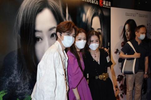72岁林子祥携妻子叶倩文支持郑秀文新片,结婚24年感情仍甜蜜