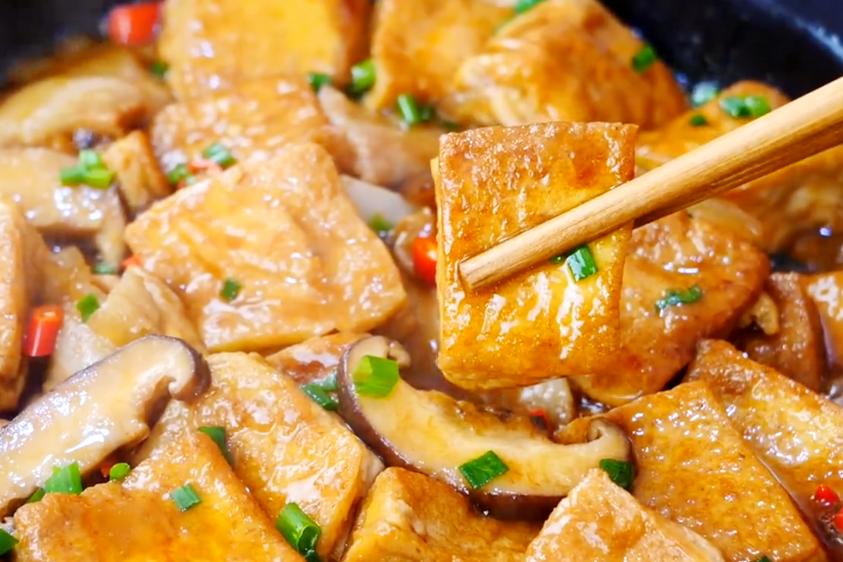 香菇炖豆腐越炖越好吃,做法简单,出锅香气四溢,汤汁配米饭也香