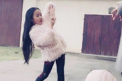 赵薇11岁女儿近照曝光,大眼高鼻梁脸蛋白嫩,长发到腰腿又细又长
