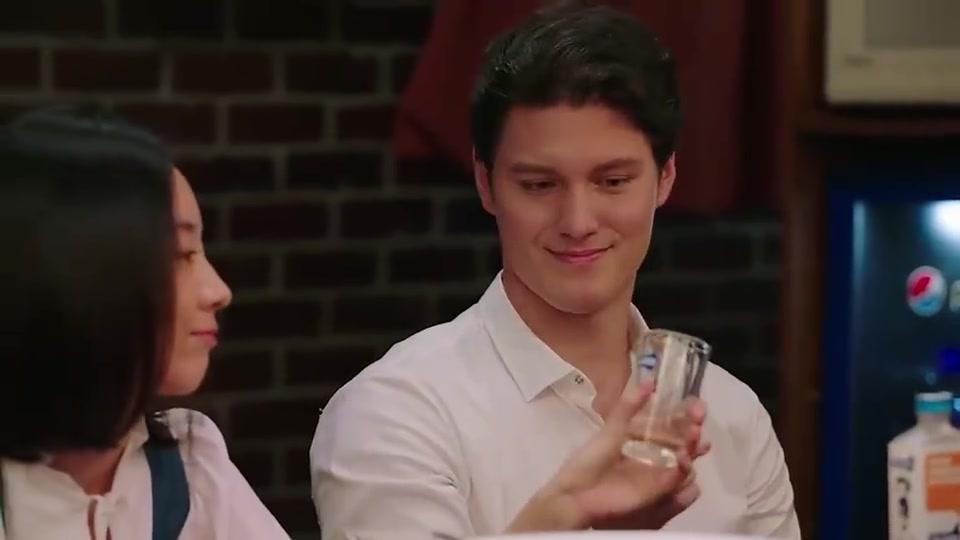 深夜食堂:姐妹,这可是四十度的白酒,你一口闷,佩服!