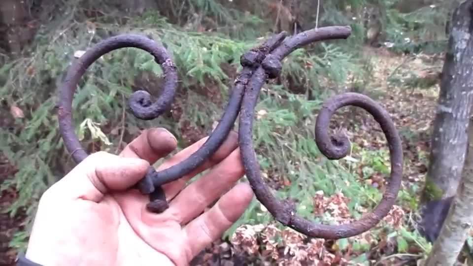 二战遗迹挖到一堆弹药紧箍咒老外收获不少
