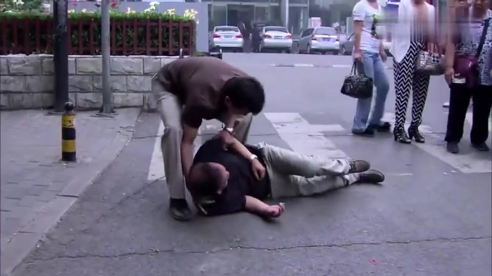 瘫痪公公摔倒路上,幸好被大哥发现,急忙送去医院!
