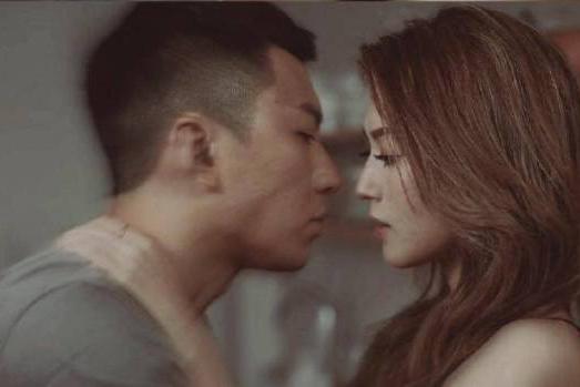 连诗雅对婚姻有憧憬,直言小婚礼足够,与袁伟豪首见面就拍吻戏