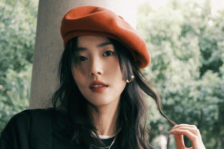 刘雯晒出新造型,黑白T恤叠穿显超模风范,橙色贝雷帽太抢镜