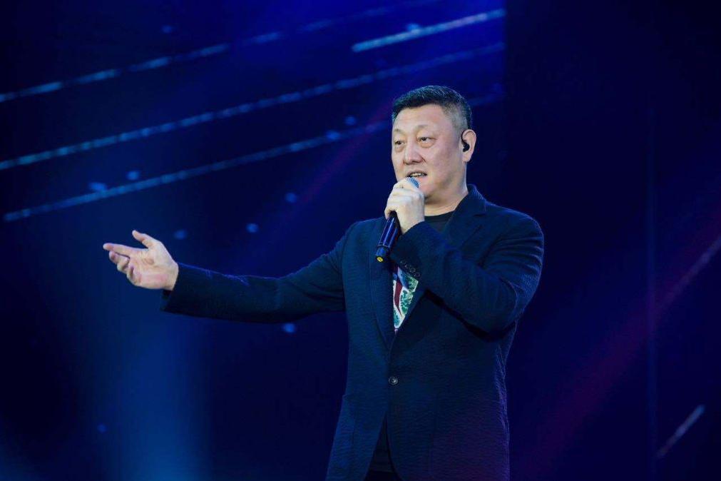 上过12次春晚,唱过1000多首歌的歌王,52岁韩磊商演现场无互动