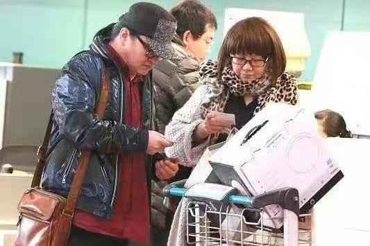 刘欢罕见和妻子走机场,娇妻戴豹纹围巾剪妹妹头,时髦又年轻