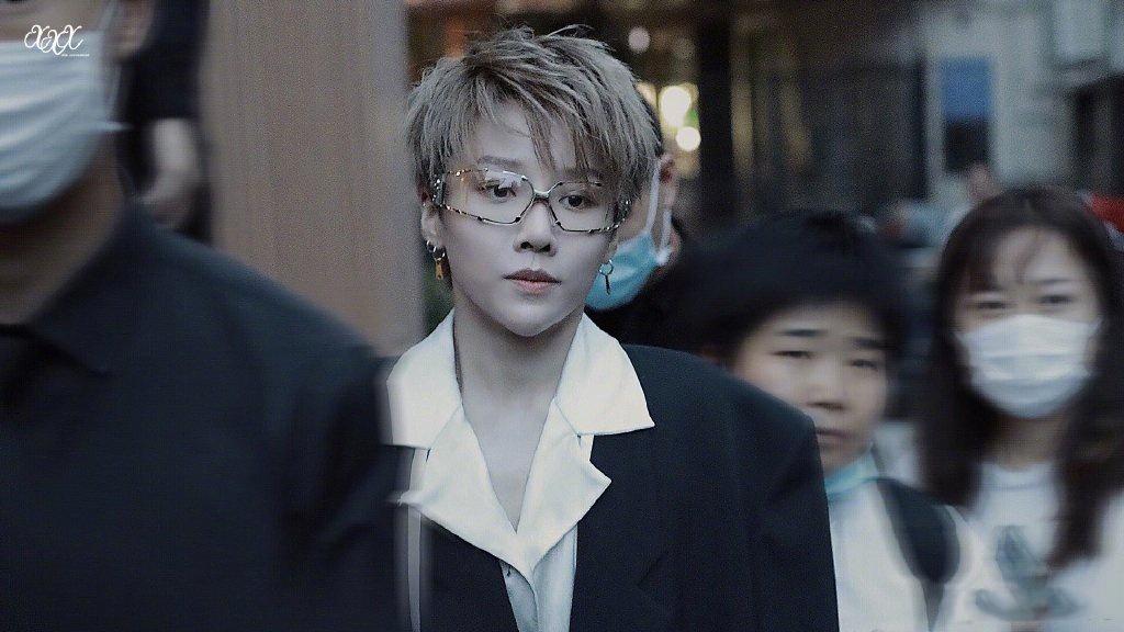 刘雨昕身着黑色西服内搭白色翻领衬衫,帅气十足!