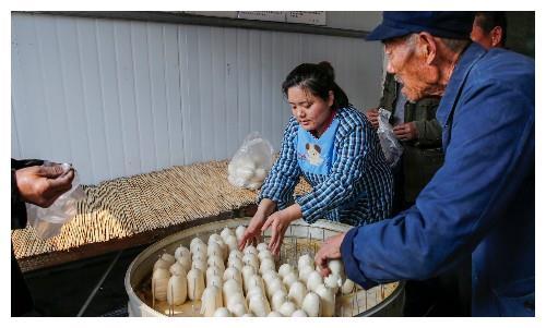 80后农民小伙儿做的签子馒头,卖1.8元,一天卖上千斤