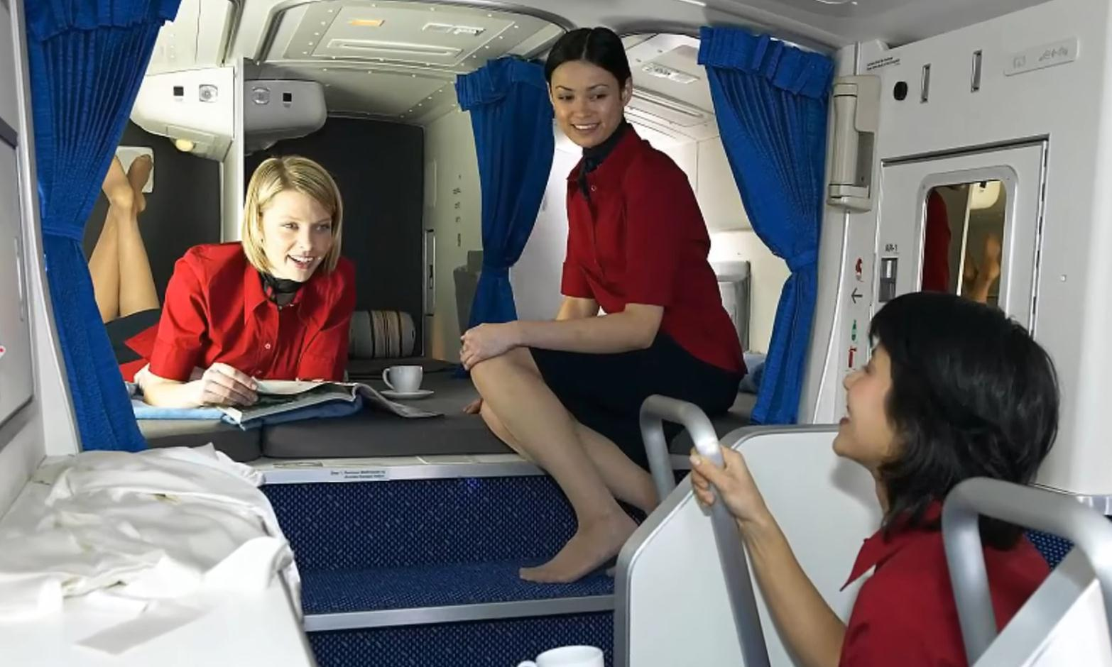 空姐在飞机上是如何休息的?没想到还有隐秘房间,看完涨见识了