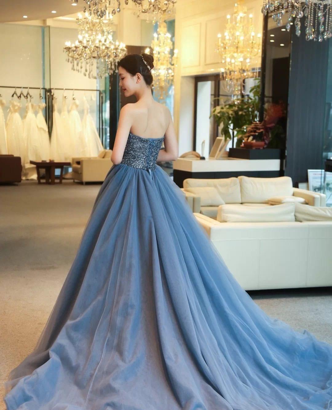风靡时尚圈的深空蓝拖地长裙,搭配施华洛世奇亮钻,低调而优雅!