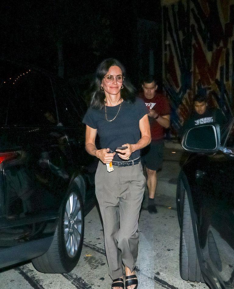 永远的莫妮卡:柯特妮·考克斯时尚T恤现身洛杉矶餐厅