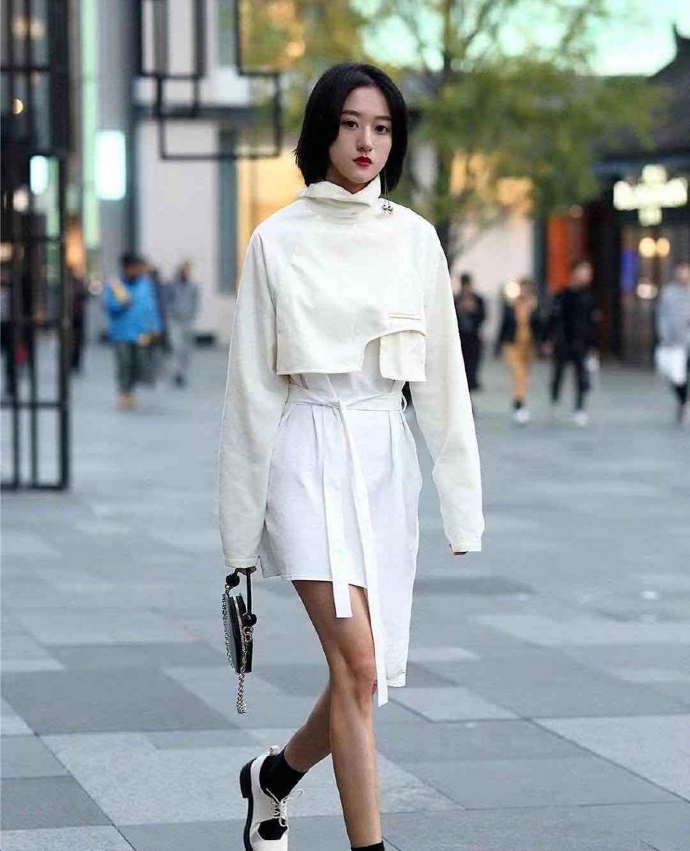 街拍:小姐姐米色短卫衣搭配白色短裙,短发靓丽时尚个性