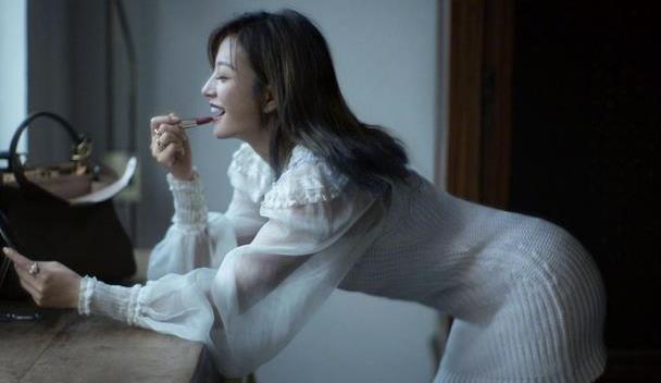 43岁赵薇美得高调,穿针织包臀裙身材苗条,剪个脚趾都让人心动