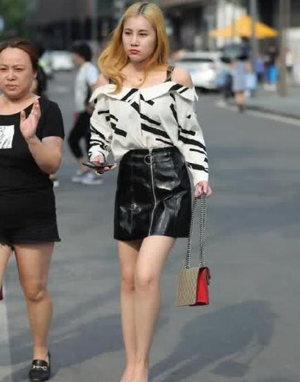 街拍:美女露肩小衫搭黑色皮裙,优雅大方