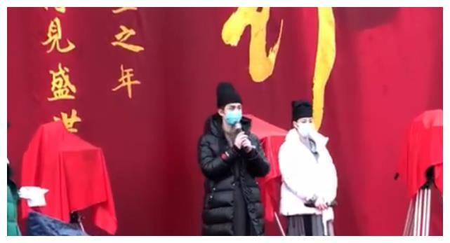 迪丽热巴新剧《长歌行》开机,鼻梁过于坚挺,只好加了双层口罩!