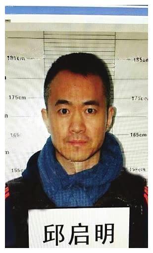 49岁邱启明晒近况,两鬓斑白显老态,昔日央视名嘴因打架成阶下囚