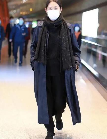 倪萍走机场意气风发!风衣内搭运动装,造型洋气比普通老太太会穿